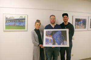 Lisa Schwarz und Stefan Bartling (rechts) vom Fanprojekt Meppen mit dem Fan-Fotografen Martin Behlmann (Mitte).